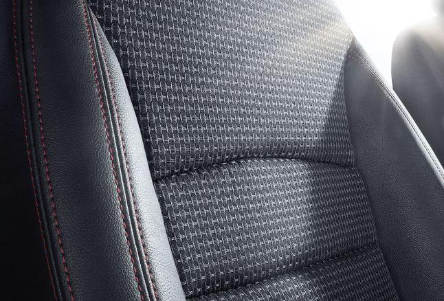 Кожзам или ткань для сидений в авто?